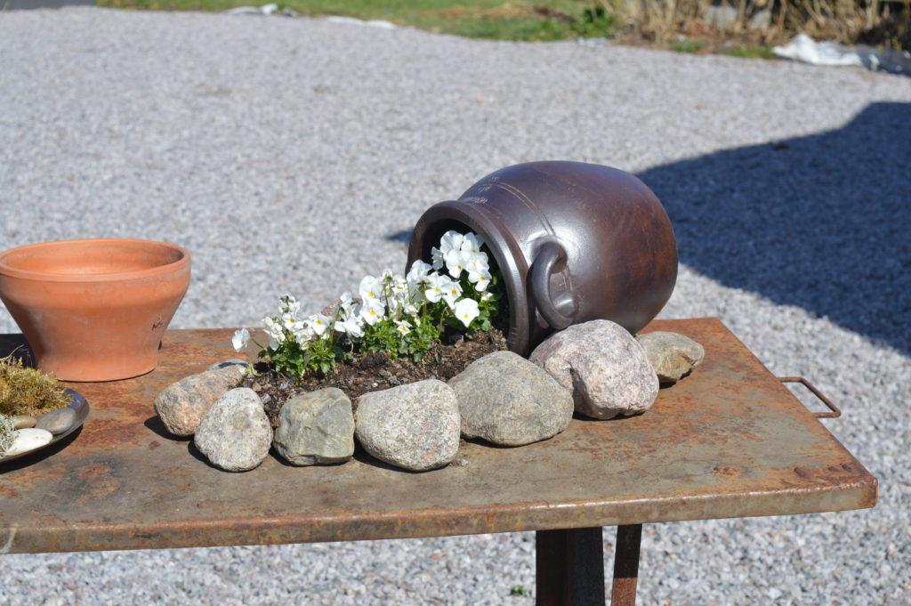 Rostiga verkstadsbordet fick bli ett blomsterbord utanför huset.